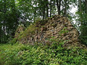 Burtnieki Castle - Image: Asti ordulinnuse müürid 02