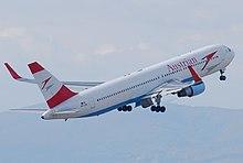 Vista traseira de um Austrian Airlines 767, com winglets vermelhos