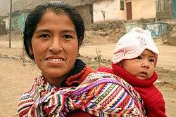 Mujer de origen amerindio junto a su hijo, a la usanza andina