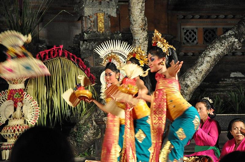 File:Balenise Dance - Chandrawati Ladies orchestra at Pura Taman Saraswat (16436124064).jpg