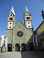 Basilika Werl mit Wappen von Papst Benedikt.jpg