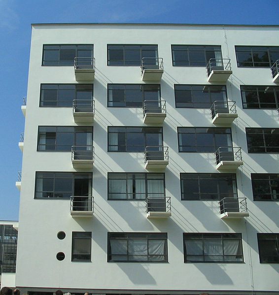 File:Bauhaus-Dessau Wohnheim Balkone.jpg