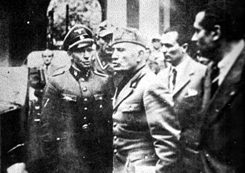 Mussolini abandoning the Prefecture in Milan on 25 April 1945. Believed to be the last photograph of him alive. Benito Mussolini a Milano il 25 aprile 1945.jpg