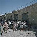 Bersjeba Markttafreel kooplustig publiek verdringt zich rond textielhandelaren, Bestanddeelnr 255-9243.jpg