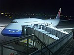 Boeing 747 of China Airlines at Taiwan Taoyuan International Airport 20100120 night.jpg