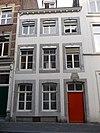 foto van Huis met lijstgevel, voorzien van segmentboogvensters in Naamse steen. Gevelsteen IN DE DRY LEEWERKEN 1763.