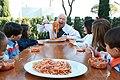 Bruno Serato mangia spaghetti con Motel Kids.jpg