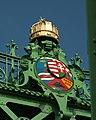 Budapešť, Belváros, Szabadság híd, koruna svatého Štěpána a uherský znak.JPG