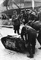 """Bundesarchiv Bild 101I-695-0412-19, Warschauer Aufstand, Soldaten mit """"Goliath"""".jpg"""