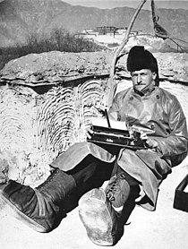 Bundesarchiv Bild 135-KB-16-031, Tibetexpedition, Beger mit Schreibmaschine.jpg