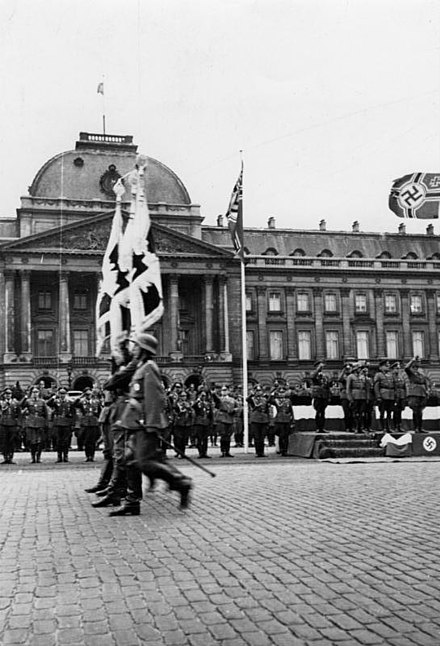 German soldiers parade past the Royal Palace in Brussels, 1940 Bundesarchiv Bild 146-1976-134-27, Belgien, Brussel, Parade vor dem Schloss.jpg