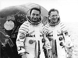 Links Bykovski, rechts Jähn enkele ogenblikken na de landing, nadat ze hun handtekening op de capsule hebben gezet