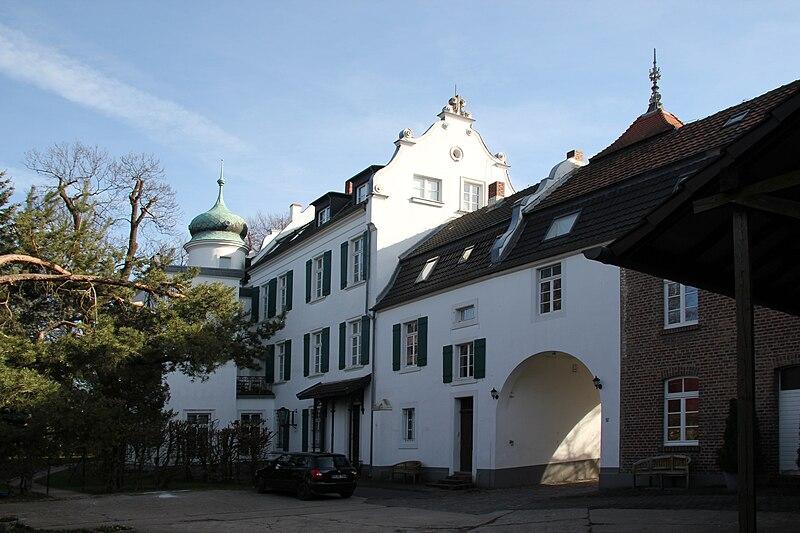 File:Burg Blessem Burghof.jpg