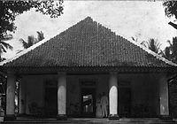 COLLECTIE TROPENMUSEUM Echtpaar op de voorgalerij van hun huis in Kedong - Kebo TMnr 60013608.jpg
