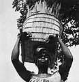 COLLECTIE TROPENMUSEUM Een Samo vrouw draagt een mand met parelgierst op haar hoofd TMnr 20010517.jpg