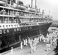 COLLECTIE TROPENMUSEUM Passagiers van de 'Coen' worden begroet aan de kade van Tandjoengpriok de haven van Batavia Java TMnr 10007972.jpg
