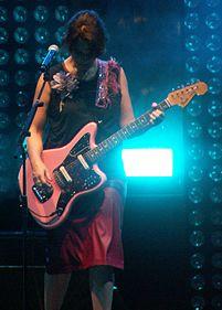 Carmen suona la sua Fender Jaguar rosa, nel 2015