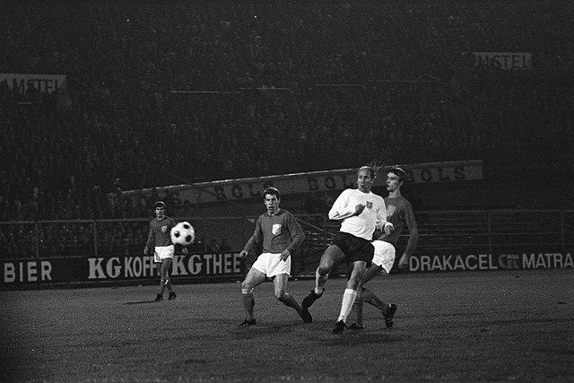 Bobby Charlton e Rensenbrink