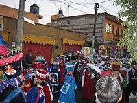 Comparsa de chinelos en las calles de Xochimilco.