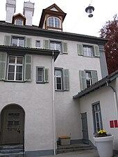 Luogo di quello che fu lo Staubigen Hüetli, oggi parte dell'Alten Gebäu, sede del Tribunale di Coira, in Poststrasse 14