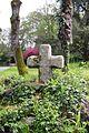 Croix de granit dans l'enceinte de l'abbaye Saint Guénolé, Landévennec, Finistère.JPG