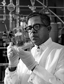 Cyril Ponnamperuma analyzing a moon sample.jpg