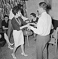 Dansende gasten tijdens een feestje in huiselijke kring terwijl op de achtergron, Bestanddeelnr 255-4328.jpg