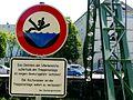 Das Betreten der Uferbereiche außerhalb der Treppenanlage ist wegen Absturzgefahr verboten! - Bei Hochwasser is die Treppenanlage sofort zu verlassen! - Der Oberbürgermeister (4844289133).jpg