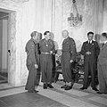 De prins in Den Haag in het Stadhuis in gesprek met twee officieren, Bestanddeelnr 900-4757.jpg