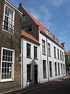 foto van Laag pandje van parterre en verdieping met zadeldak tussen Breestraat 2 en 4. Gepleisterde lijstgevel met zesruitsschuiframen