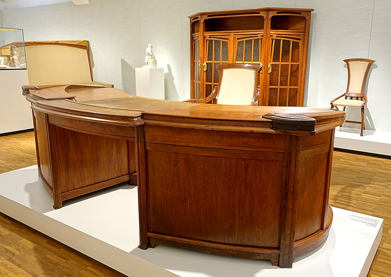File:Desk from the director's room of the Revue Blanche, by Henry van de Velde, 1899, walnut, leather, brass, view 2 - Hessisches Landesmuseum Darmstadt - Darmstadt, Germany - DSC00713.jpg