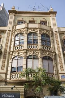 Edificio modernista en la calle García Cabrelles (Melilla).png