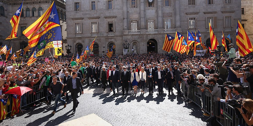 El president i els alcaldes entrant al Palau de la Generalitat