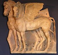 Caballos alados etruscos, realizados en terracota (siglo IVa.C.). Decoraban la fachada del templo de Ara della Regina, en Tarquinia. Actualmente se encuentran en el Museo Nazionale Tarquinese.