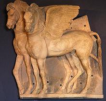 Fotografie care prezintă doi cai înaripați sculptați