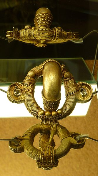 File:Fíbula anular del primer tesoro de Arrabalde (2).JPG