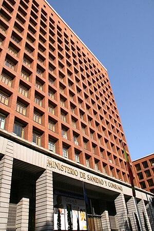 Español: Fachada del Ministerio de Sanidad y C...