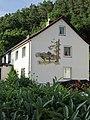 Fassadenmalerei an der Giebelseite eines Siedlungshauses an der Neueroder Straße - Meinhard-Grebendorf - panoramio.jpg