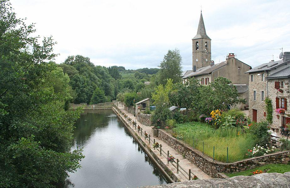 Fraisse-sur-Agout (Hérault) - l'Agout, le village, le clocher de Saint-Jean-Baptiste.