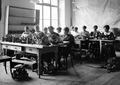 Frauen bei der Herstellung von Gasmasken und Stahlhelme - CH-BAR - 3241272.tif