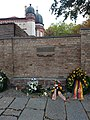 Gedenktafel in der Mauer mit Synagoge im Hintergrund Hochformat.jpg