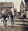 Georges Ronsse, suivi d'Alfredo Binda et de Nicolas Frantz, dans le championnat du monde sur route professionnel, en 1929 à Zurich.jpg