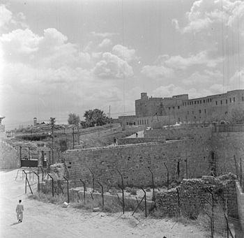 """כלא עכו 1948-1949. בשער מתנוסס השלט - """"בית הכלא הצבאי"""