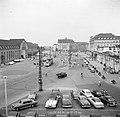 Gezicht op het stationsplein in Karlsruhe, Bestanddeelnr 254-1795.jpg