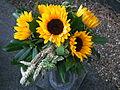 Grabstrauß Sonnenblumen.JPG