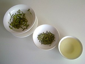 Green tea - The appearance of green tea in three different stages: (from left to right) the infused leaves, the dry leaves, and the liquid. (Notice that the infused leaves look greener than the dry leaves.)