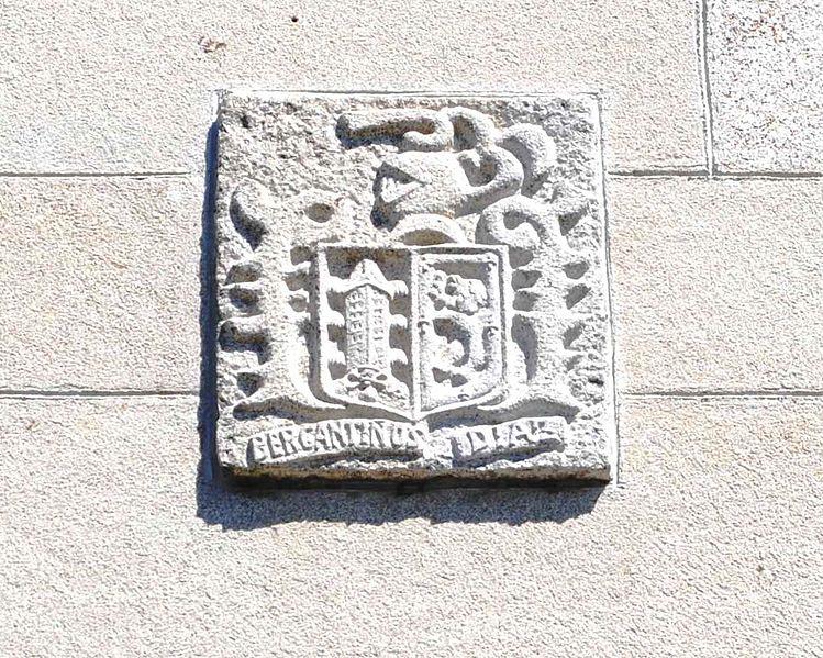 https://upload.wikimedia.org/wikipedia/commons/thumb/3/36/Guitiriz%2C_Santiago_de_Trasparga%2C_un_escudo.JPG/749px-Guitiriz%2C_Santiago_de_Trasparga%2C_un_escudo.JPG