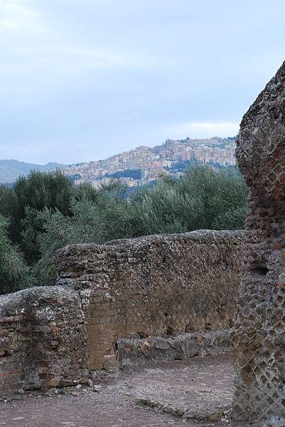 File:Hadrian's villa near Tivoli 249.JPG