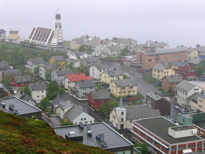 Oversiktsbilde over byen og kirken (Foto: Wikimedia Commons/Rufus46)
