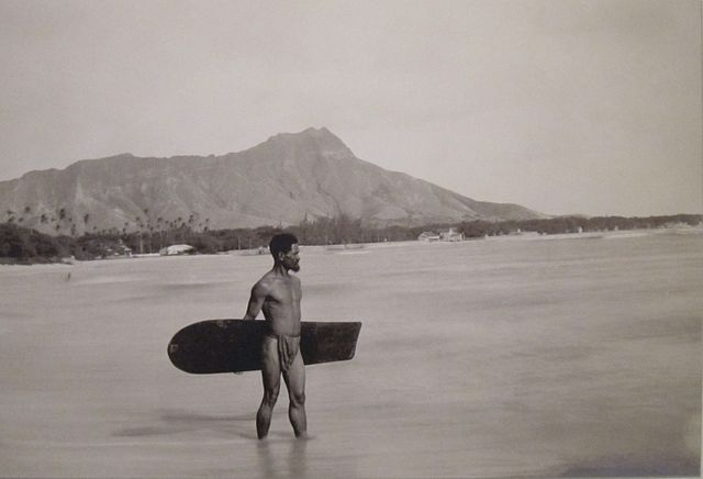 Hawaiian surfer with alaia (c. 1890) – Hawaiian Ancient Surfing